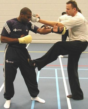 Sifu Anton Kooij geeft Wing Chun instructie aan een Politie Agent